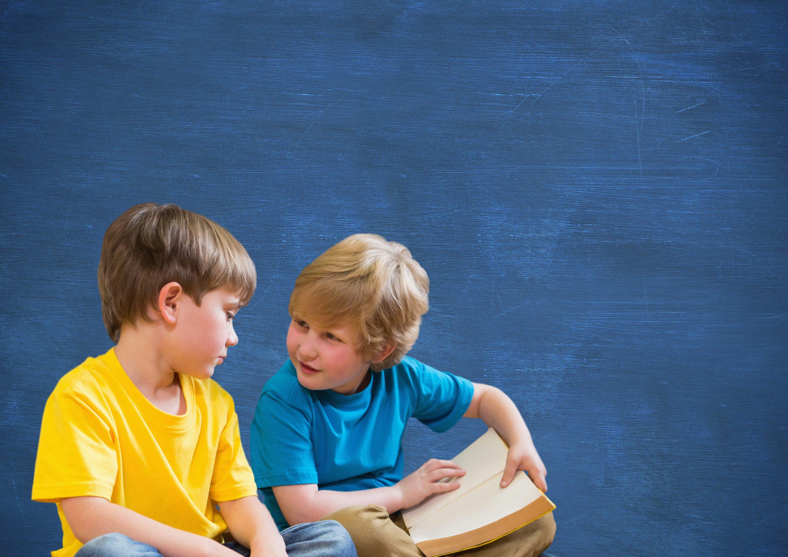 Dva dječaja čitaju i razgovaraju