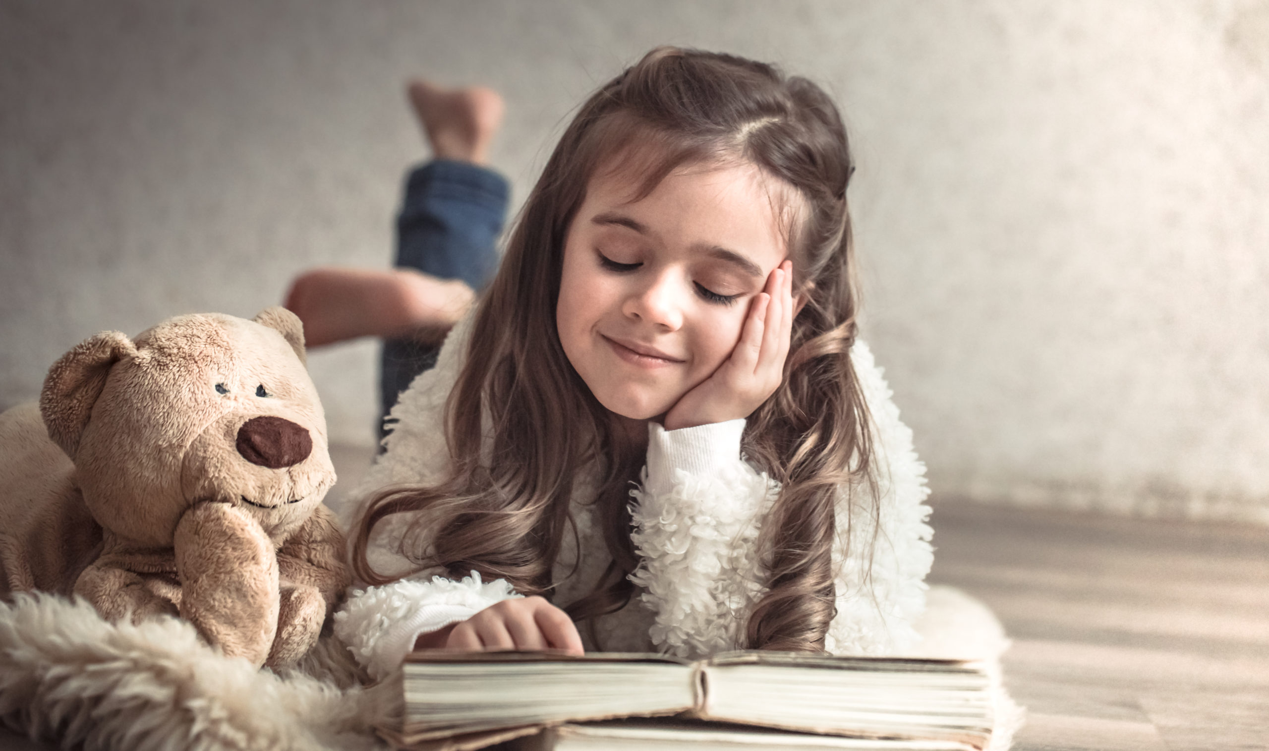 Djevojčica čita knjigu