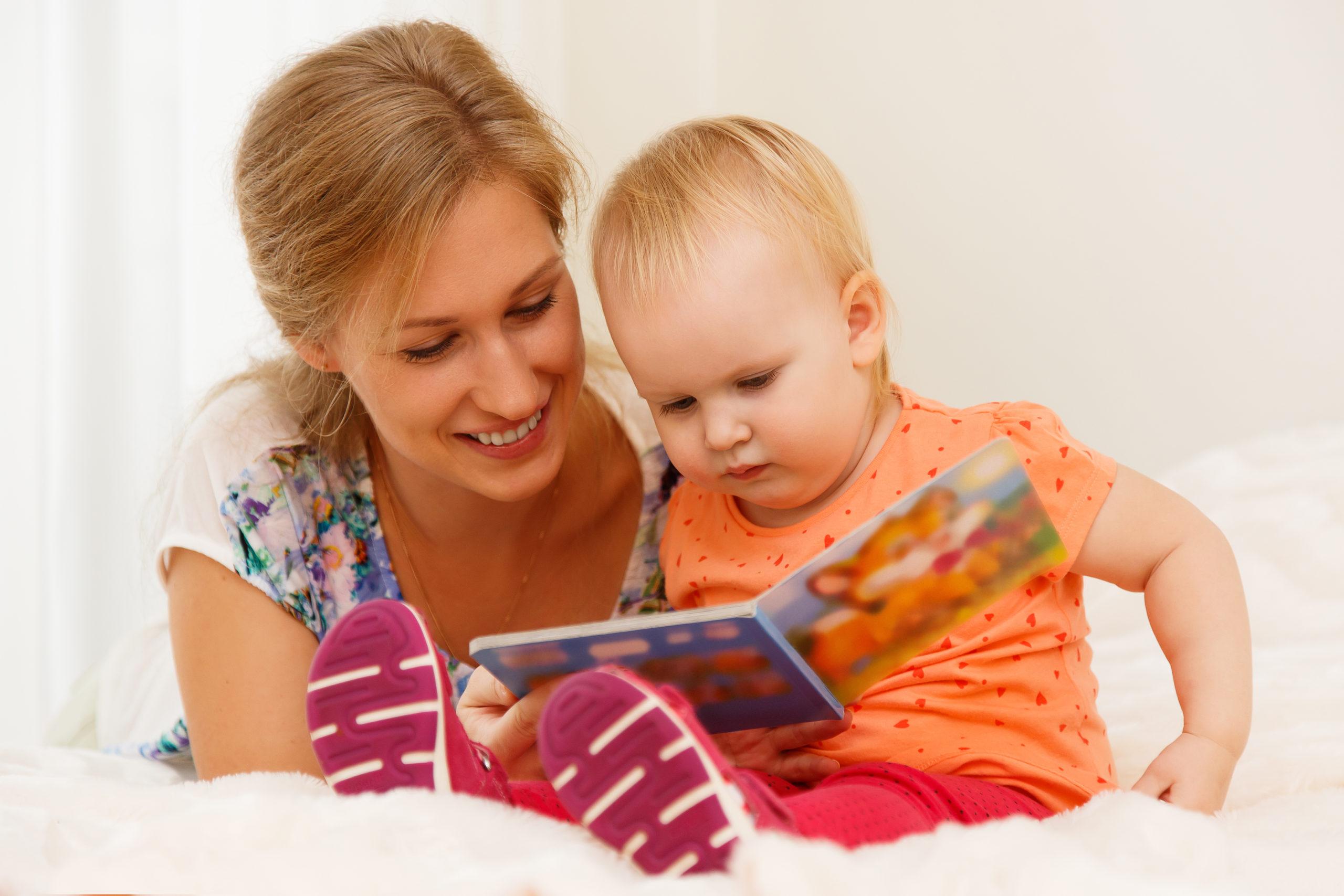 Majka i djete čitaju slikovnicu